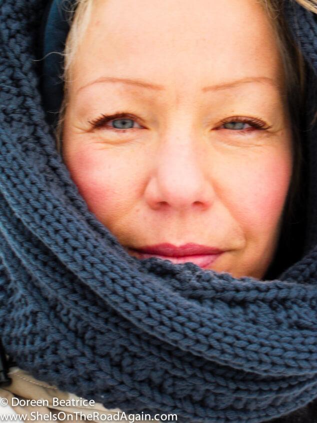 zeigt ein Frauengesicht im Winter