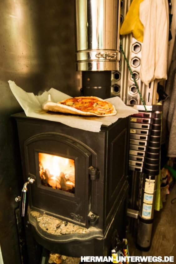 Pizza auf Holzofen im Wohnmobil ©Herman-Unterwegs
