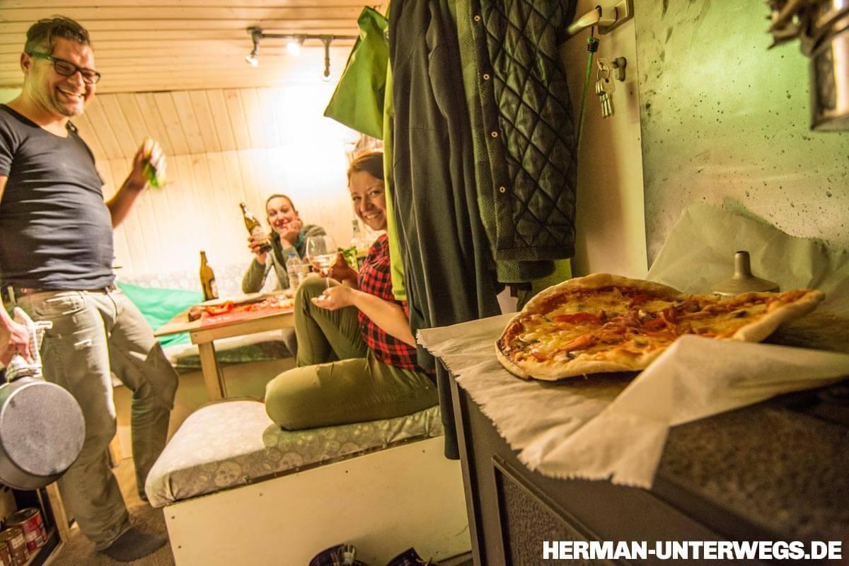 Mit Gästen im Herman-Pizza vom Holzofen ©Herman-Unterwegs