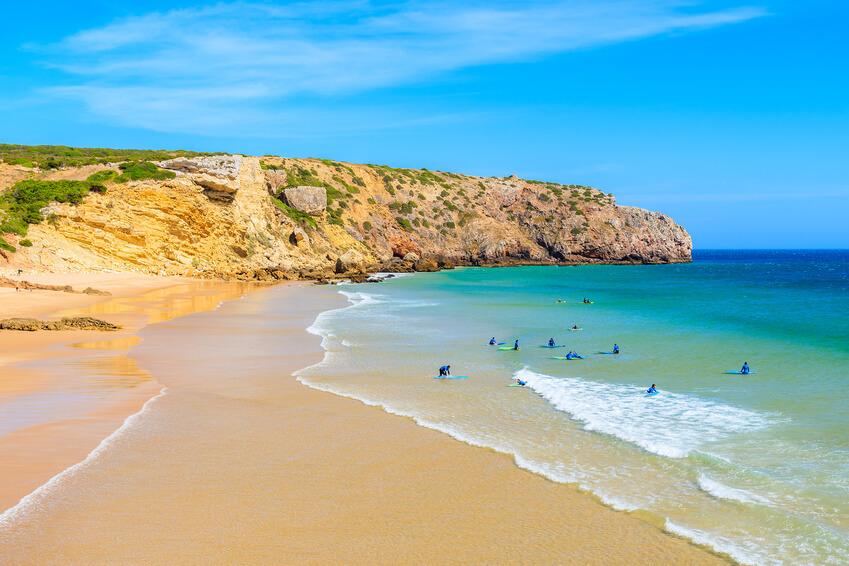 Surfer an Zavial Beach, ein Hippie Mekka zum Freistehen in Portugal