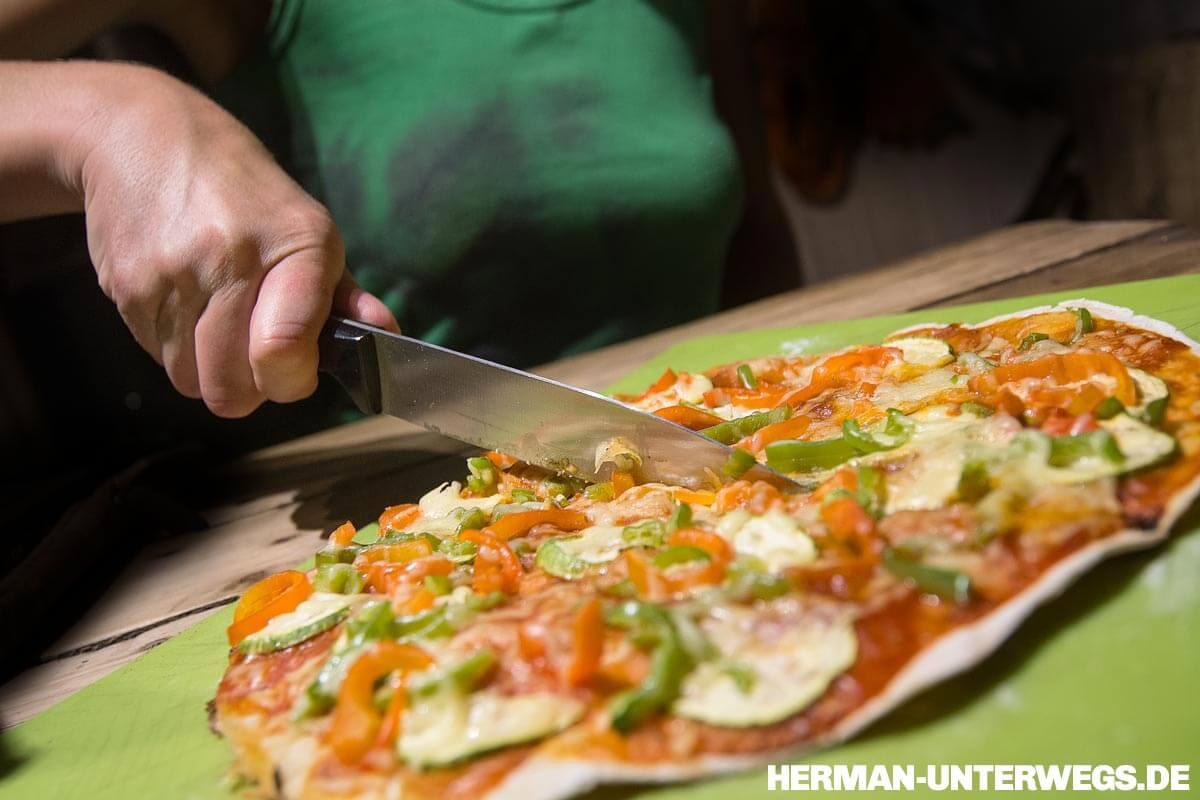 Anschnitt einer Pizza aus dem Wohnmobil ©Herman-Unterwegs