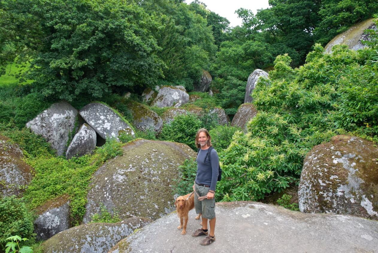 Maik und Yeti mitten im Felsenmeer des Huelgoat-Walds ©tierisch-in-fahrt.de