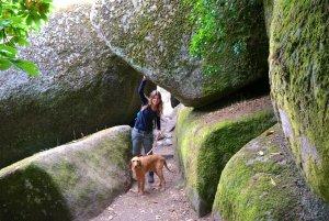 Caro und Yeti schlängeln durch Felsen in den Märchenwald hinein ©tierisch-in-fahrt.de