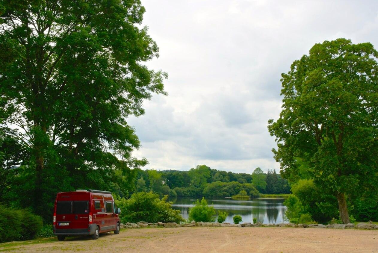 Heimlicher Frei-Camp-Platz während der Schulferien auf dem Schulhof in Huelgoat ©tierisch-in-fahrt.de