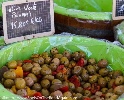 Jede Menge Oliven auf dem Markt in der Provence