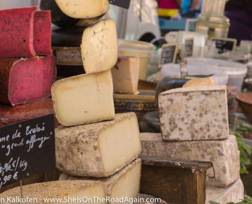 Diverser Käse auf einem Markt der Provence