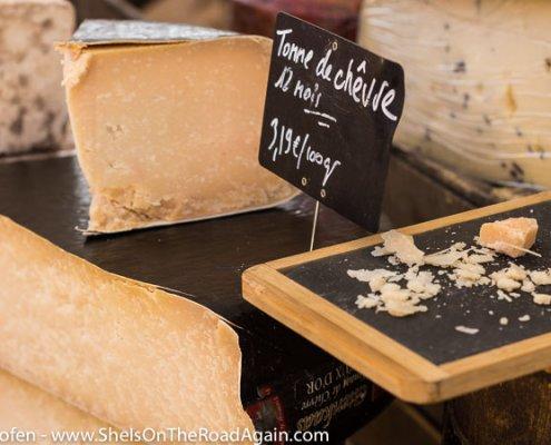 Köstlicher Schafskäse auf einem Markt der Provence