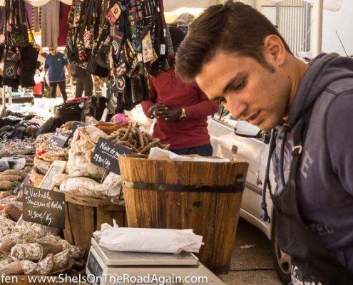 Wurst und Käse auf einem Markt der Provence
