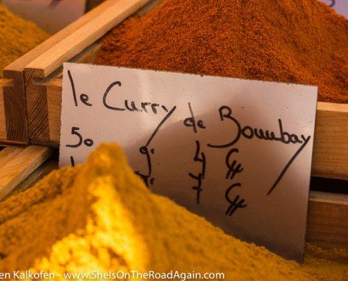 Loser Curry auf einem Markt der Provence