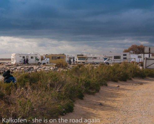 zeigt Wohnmobile am Strand
