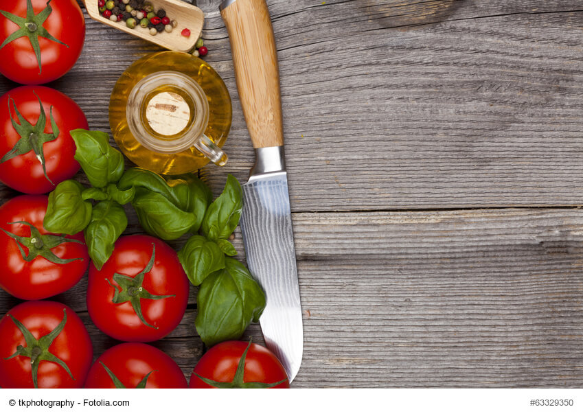 zeigt Tomaten Basilikum Öl Messer