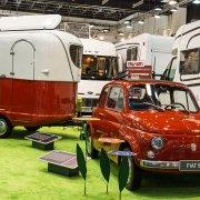 zeigt einen alten Fiat 500und wohnwagen