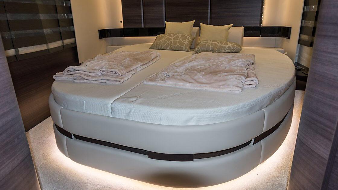 zeigt ein beleuchtetes Bett im Concorde Centurion