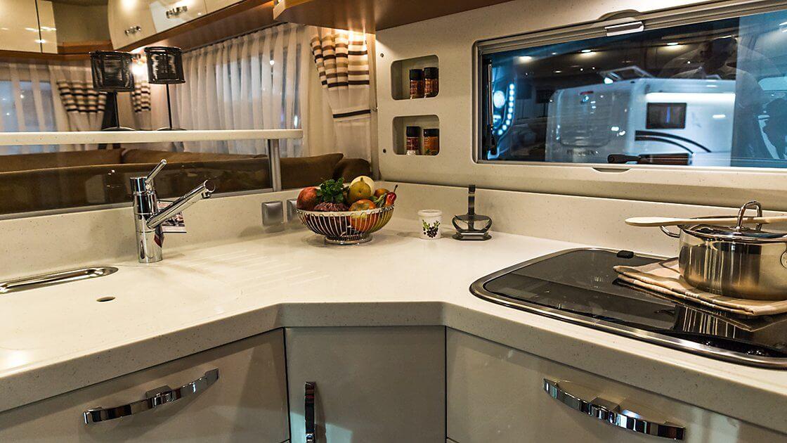 zeigt die Küche eines PhoeniX Wohnmobils