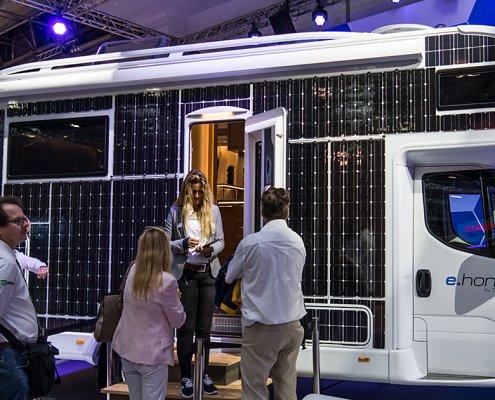 zeigt eine Studio einen Elektro Wohnmobils