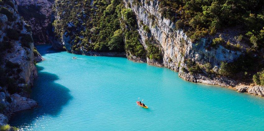 zeigt ein Kajak auf dem türkisblauen Lac Saint Croix