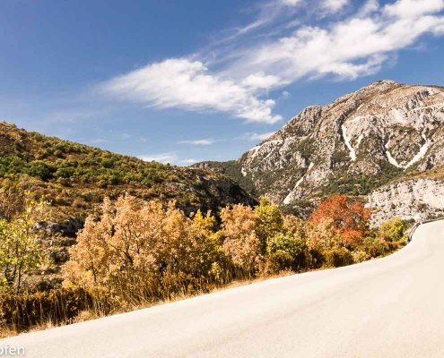zeigt einen Motorradfahrer vor einem Bergmassiv