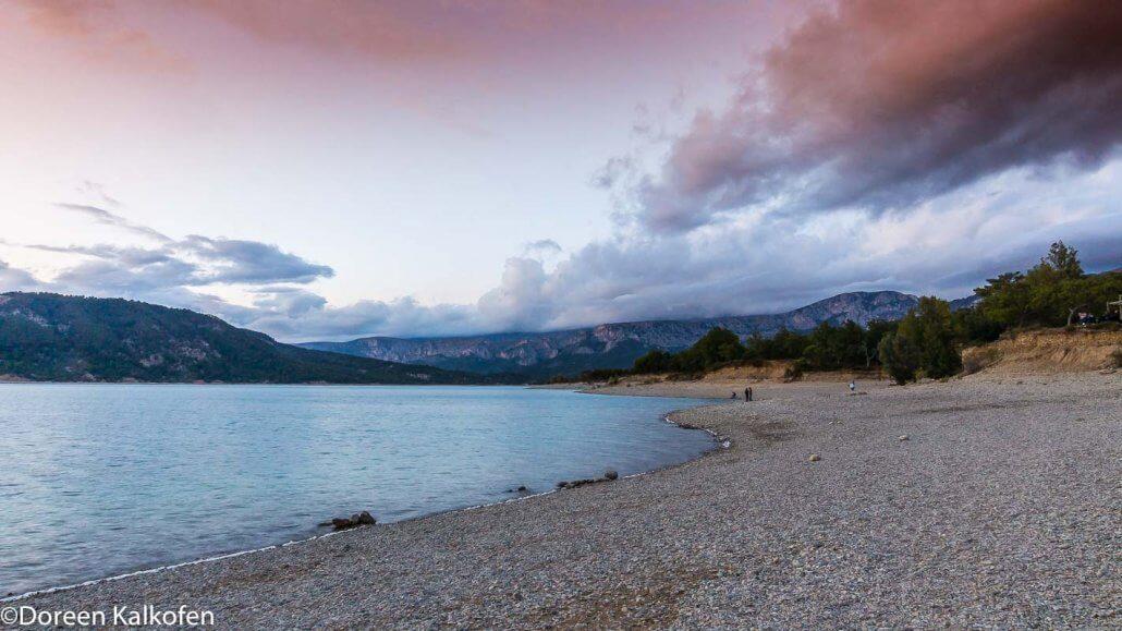 zeigt einen See beim Sonnenuntergang
