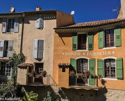 schöne Häuserfronten in Moustiers-Ste-Marie