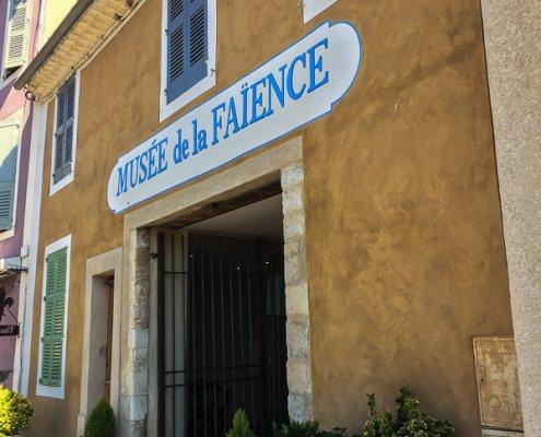 zeigt den Eingang vom Fayence Museum