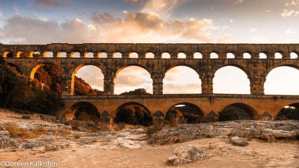 zeigt das altertümliche Aquädukt Pont du Gard