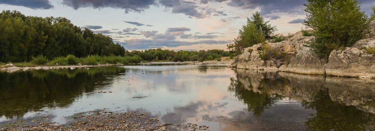 zeigt einen Fluss im abendlichen Licht