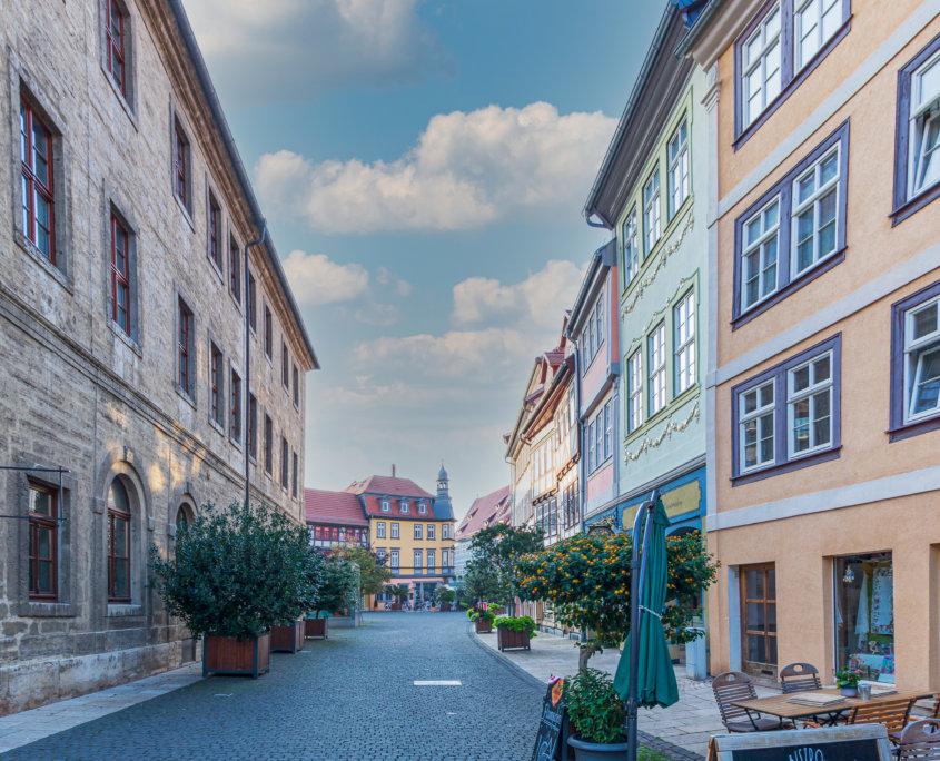 typische Einkaufsstraße mit buntem Fachwerk in Thüringen