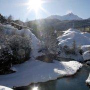 zeigt einen verschneiten Flußlauf