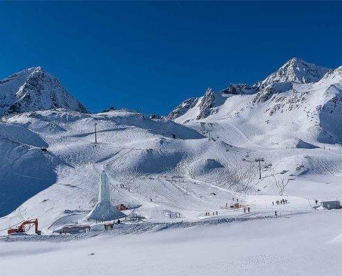 zeigt Seilbahnen am verschneiten Stubaier Gletscher