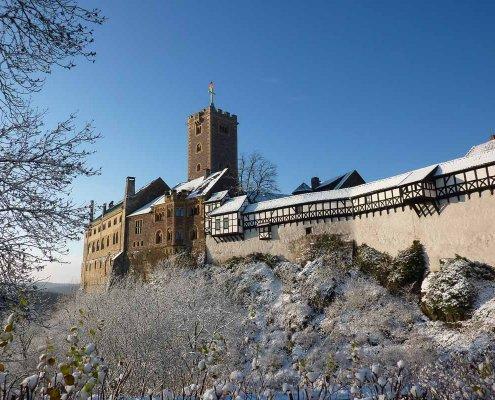 zeigt die historische Wartburg bei Eisenach im Schnee