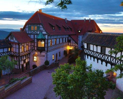 zeigt eine Burg im Abendlicht