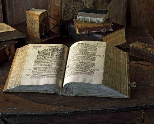 zeigt Luthers Bibel die auf der Wartburg besichtigt werden kann