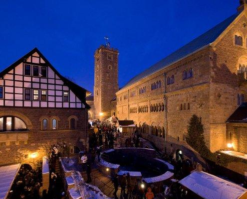 zeigt den historischen Weihnachtsmarkt auf der Wartburg