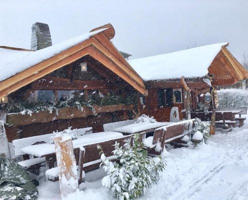 zeigt eine Hütte im Schnee