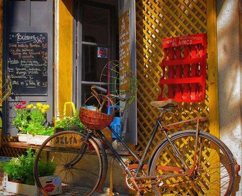 typisches provenzalisches Geschäft mit Fahrrad