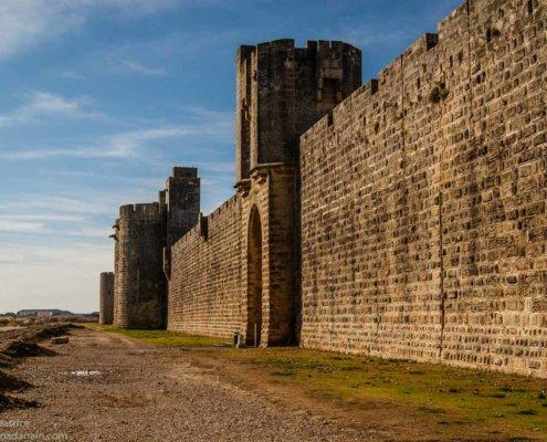 zeigt die Stadtmauer von Aigues Mortes