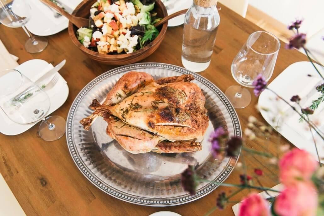 zeigt ein gebackenes Hähnchen mit Salat