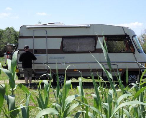 zeigt ein Wohnmobil in einem Feld