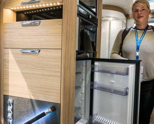 zeigt einen neuen Dometic Kühlschrank - von beiden Seiten zu öffnen ©DoreenKalkofen