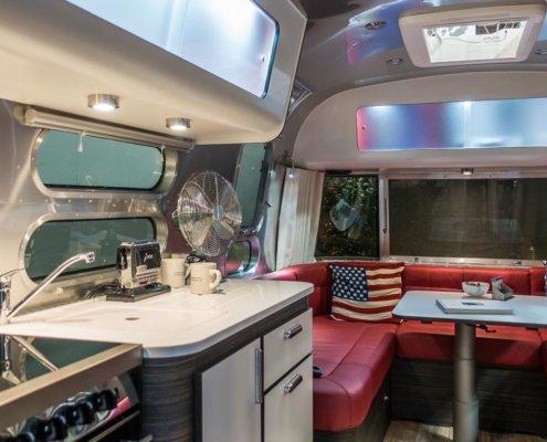 zeigt einen Airstream von innen