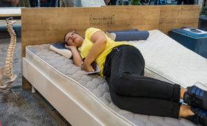 zeigt Doreen auf einer Laroma Travel Matratze