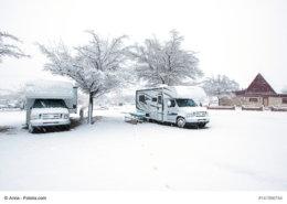 zeigt 2 Wohnmobile im Schnee