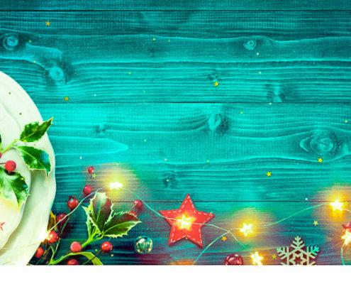 zeigt einen weihnachtlichen Teller und Dekoration