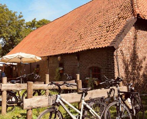 zeigt ein altes Bauernhaus