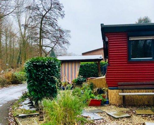 zeigt ein rotes Holzhaus