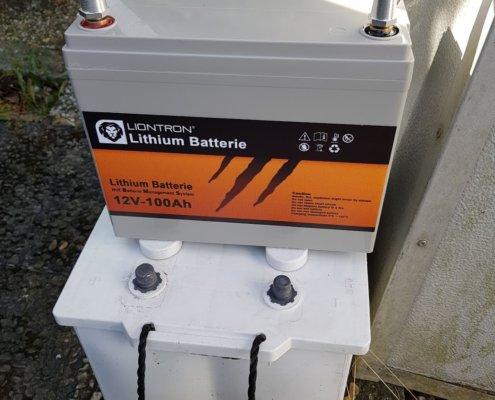 zeigt 2 unterschiedliche Fahrzeug Batterien