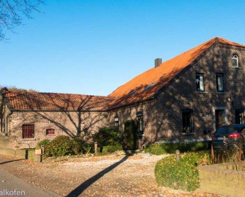 Wanderung am Niederrein zeigt ein typisches Bauernhaus am linken Niederrhein