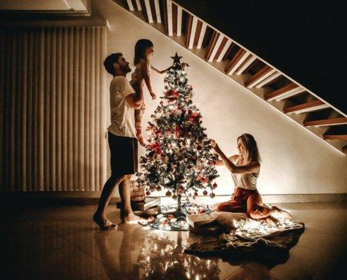 Weihnachtsdinner -zeigt eine Familie am Weihnachtsbaum