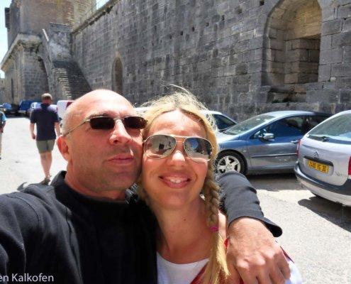 2 Menschen an Stadtmauer