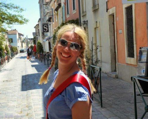 Frau in französischer Ortschaft